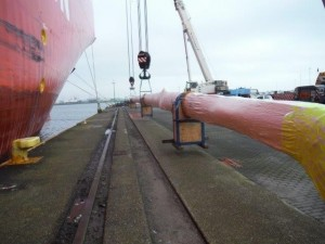 Successful unloading of the mast from the ship!